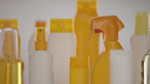 vidéos et rushes de vue sur d'innombrables bouteilles de produits cosmétiques et sanitaires - marchandise