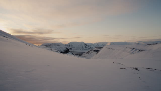 vídeos de stock e filmes b-roll de view over longyearbreen glacier, svalbard - arquipélago