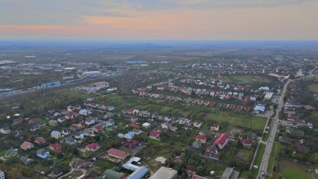 guarda i tetti dei quartieri della zona residenziale del paesaggio cittadino sull'uzhhorod a zakarpattya ucraina - transcarpazia video stock e b–roll