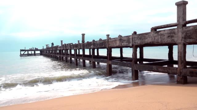 iskeleli eski köprü altında deniz görünümü - dalgakıran stok videoları ve detay görüntü çekimi