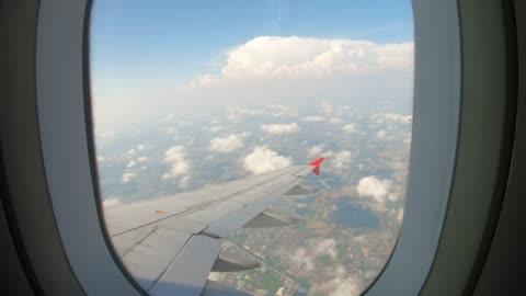 vidéos et rushes de vue à travers une fenêtre d'avion sur le ciel et les nuages. - avion