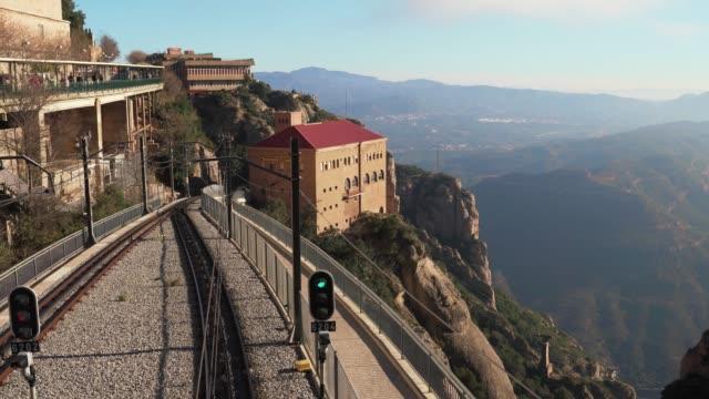 stockvideo's en b-roll-footage met met het oog op de spoorlijn geschiedde door de vallei van bovenaf in monistrol de montserrat, spanje - klooster