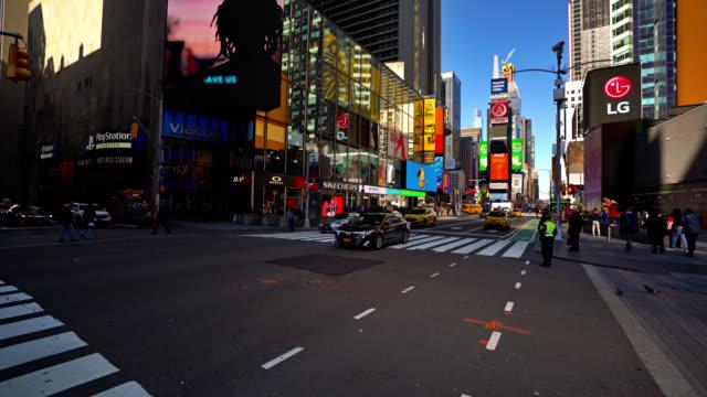 Blick auf den Times Square. Verkehr. Wolkenkratzer. – Video