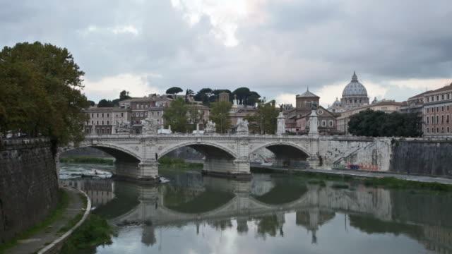 vista verso il ponte sant angelo a roma - peter the apostle video stock e b–roll