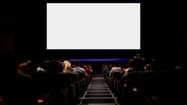 vidéos et rushes de spectateurs dans la salle de cinéma maison. alternative avec écran de mouvement. - cinéma