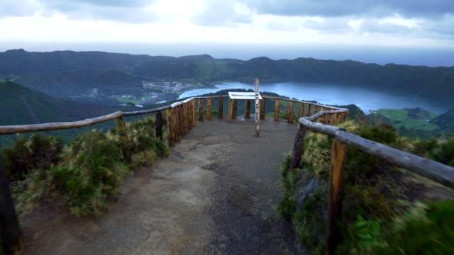 Miradouro da Boca do Inferno em Sete Cidades na ilha de São Miguel, arquipélago português dos Açores. Gimbal estabilizado tiro - vídeo