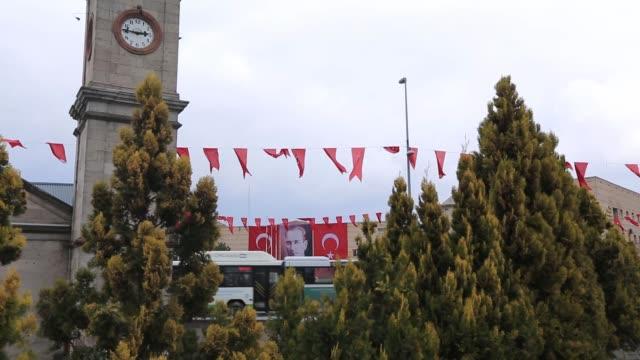 blick vom kayseri-uhrenturm und der atatürk-statue in melikgazi/kayseri kayseri/türkei 25.03.2014 - ankara türkei stock-videos und b-roll-filmmaterial