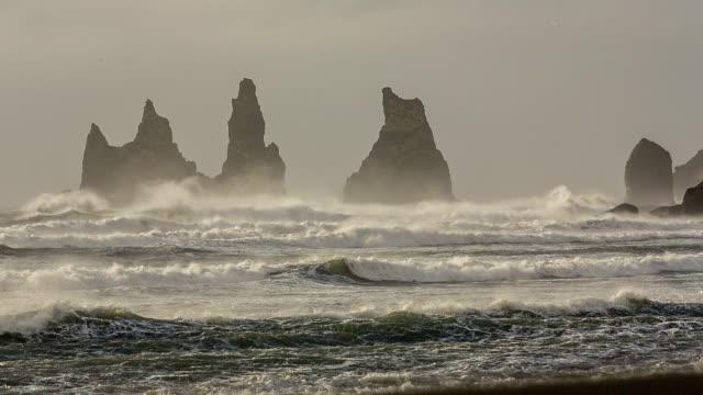 vídeos y material grabado en eventos de stock de playa vik, vik, islandia - basalto