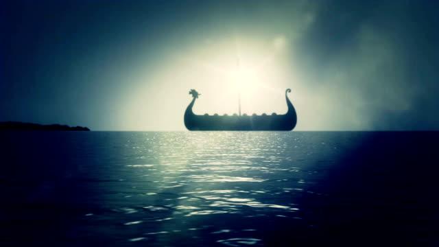 vídeos y material grabado en eventos de stock de viking ship navegación lentamente en sea to shore llegar a tierra - vikingo