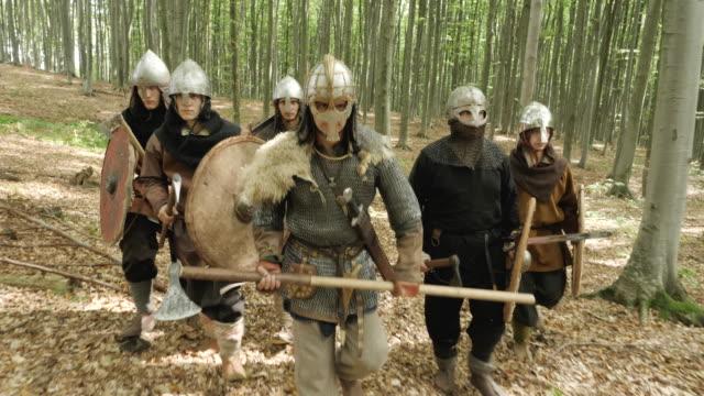 vídeos y material grabado en eventos de stock de guerreros vikingos marchando por el bosque - vikingo