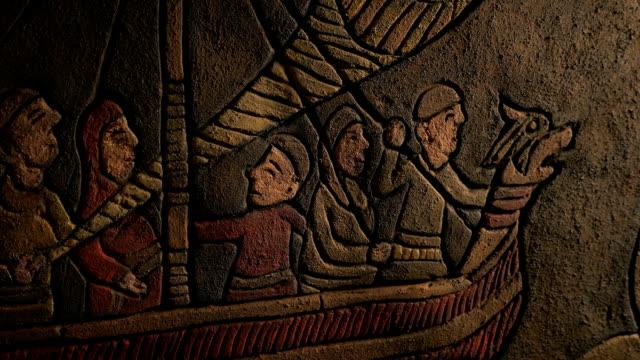 vídeos y material grabado en eventos de stock de vikingos en barco largo antigua pared tallada - vikingo