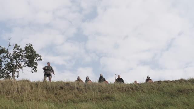 vídeos y material grabado en eventos de stock de vikingos listos para la batalla - vikingo