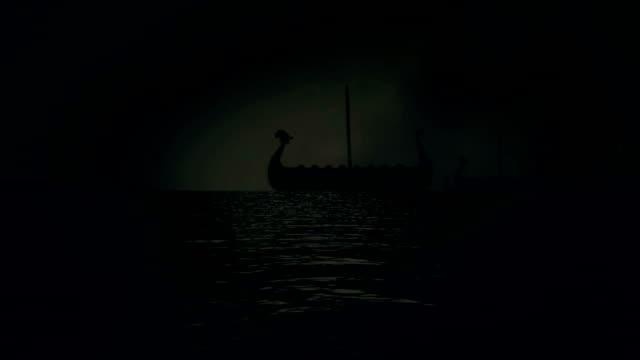 vídeos y material grabado en eventos de stock de barcos de vela los vikings de la flota de la costa de un vehemente rainy day - vikingo
