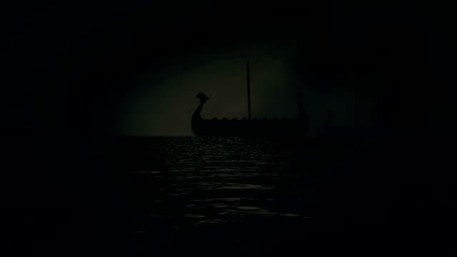 vídeos y material grabado en eventos de stock de barcos de vela los vikings de la flota a costa de tormentas eléctricas - vikingo