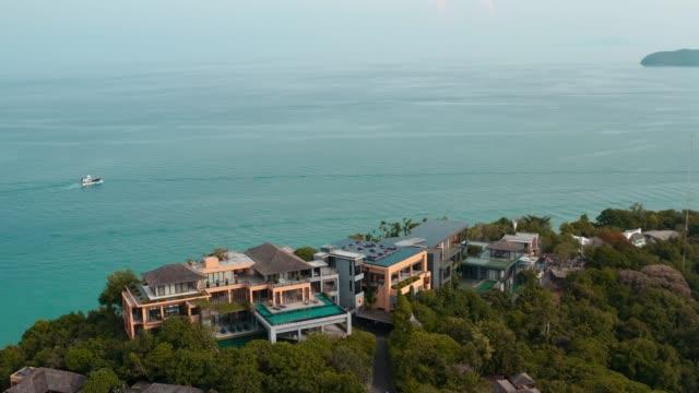 vídeos de stock e filmes b-roll de villa and beach club aerial view in phuket, thailand - phuket