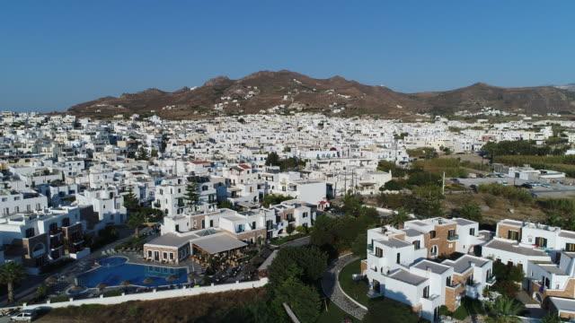 Village of Chora on the island of Naxos in the Cyclades in Greece from the sky Naxos est une île de Grèce des Cyclades, dans la mer Égée d'une superficie est de 428 km2, ce qui en fait la plus grande des Cyclades. Elle compte environ 17 000 habitants. general view stock videos & royalty-free footage