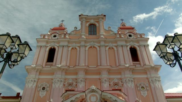 vilnius, church st. casimir 03, tilt, wide shot - lituania video stock e b–roll