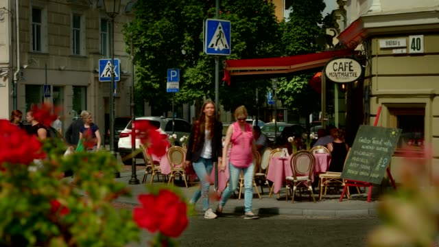 vilnius coffee shop innenstadt – mittlere schuss - establishing shot stock-videos und b-roll-filmmaterial