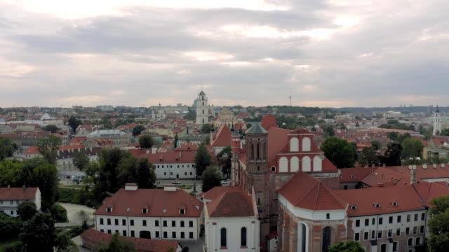 vilnius old town the historic center of lithuania - латвия стоковые видео и кадры b-roll
