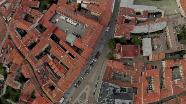 vídeos de stock e filmes b-roll de vilnius old town the historic center of lithuania - letónia