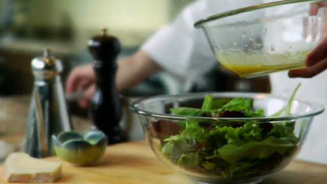 hd 비네그레트 샐러드 - 식초 스톡 비디오 및 b-롤 화면