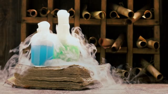 vintage alchemist labor voller mittelalterlicher und alter schriftrollen - schriftrolle stock-videos und b-roll-filmmaterial