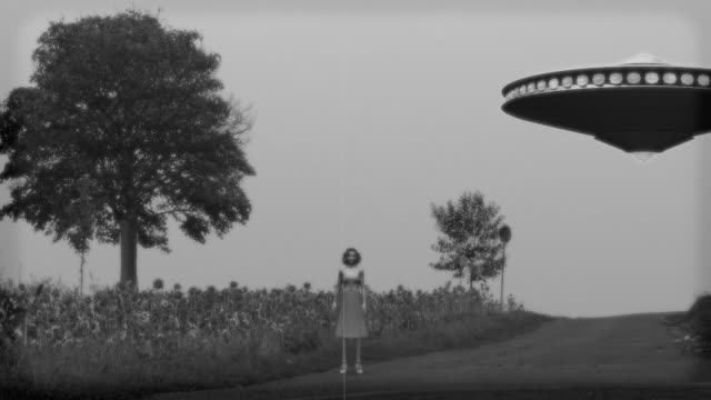 vintage alien invasion: flying saucer abducts a woman - alieno video stock e b–roll