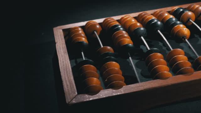 vidéos et rushes de abacus antique vintage d'os. compteur en bois dépassé. concept financier - conseiller(ère) pédagogique