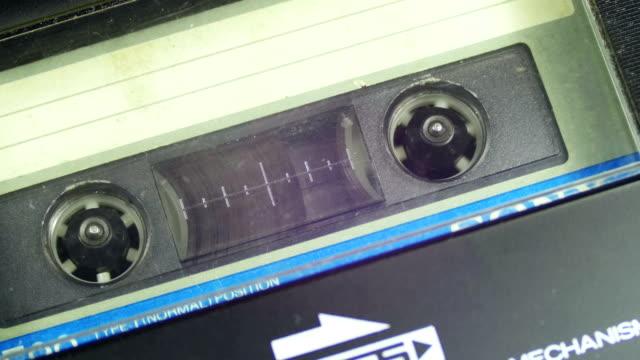 il nastro audio vintage con etichetta bianca vuota è ruota - disco audio analogico video stock e b–roll