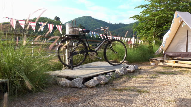 vintage bicycle parking in front of tent - cestino della bicicletta video stock e b–roll
