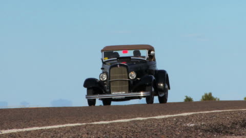 vídeos y material grabado en eventos de stock de vintage coche hd negro - toma mediana