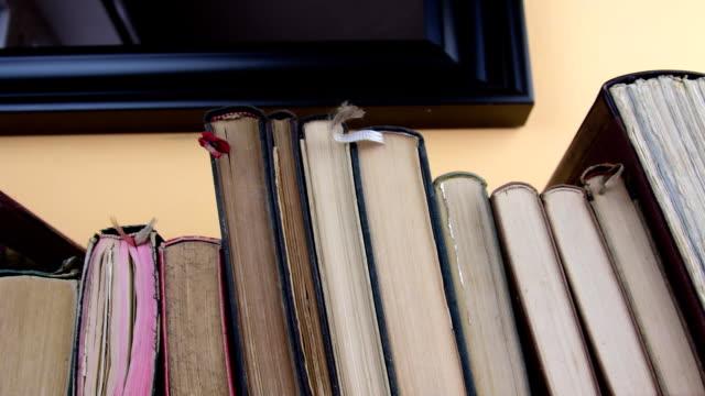 stockvideo's en b-roll-footage met vintage boeken. weergave van rij boeken van de oude lijn van boeken. closeup - boekenkast