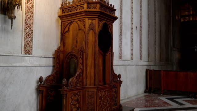 パレルモ シチリア イタリアの教会の祭壇近くヴィンテージ ブラウン内閣 - モンレアーレ点の映像素材/bロール