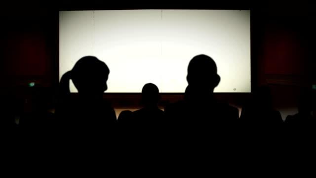 vídeos de stock, filmes e b-roll de antigo cinema contagem regressiva greenbox hd - pré estreia
