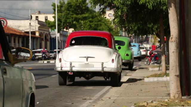 vintage klassiska amerikanska bilar parkerade på kuba street - stationär bildbanksvideor och videomaterial från bakom kulisserna