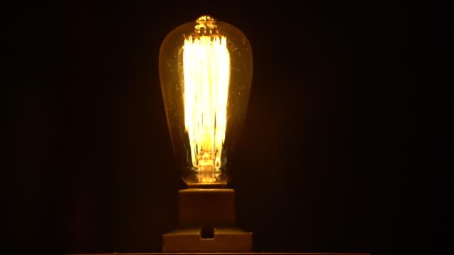 ヴィンテージ エジソン電球を明るく - 電球点の映像素材/bロール
