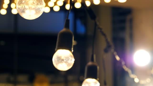 vintage leuchtende glühbirne - antique shop stock-videos und b-roll-filmmaterial