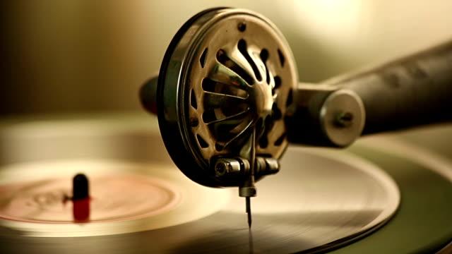 vídeos y material grabado en eventos de stock de vintage gramófono desempeña un registro - disco audio analógico
