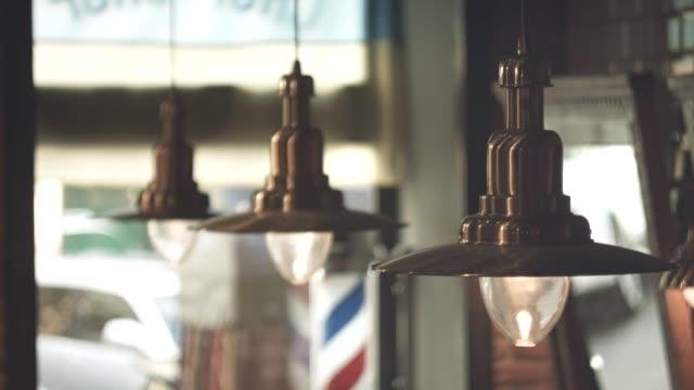 ヴィンテージ壁掛けランプ。バーバー ポール抽象的な背景。髪サロン インテリア ビデオ