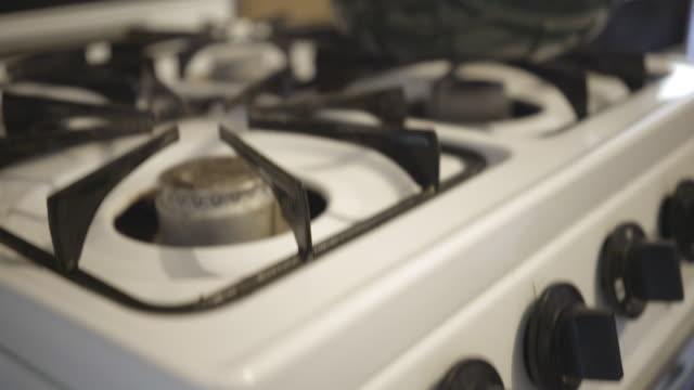 eski gaz soba üzerinde vintage su ısıtıcısı - bunsen beki stok videoları ve detay görüntü çekimi