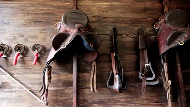 cavallo in pelle color cuoio vintage - sella video stock e b–roll