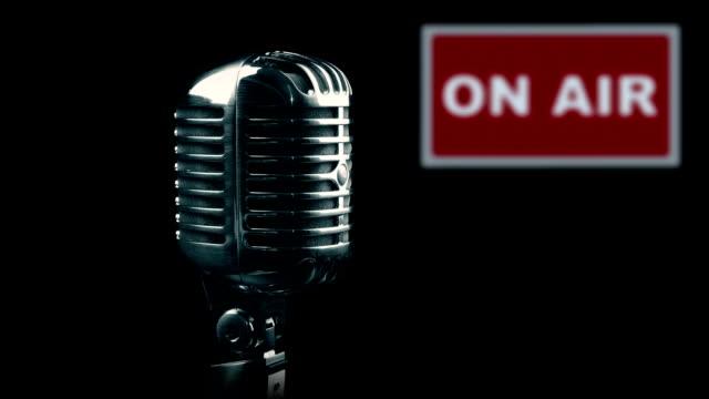 vintage mikrofon drehen in studio - ankündigung stock-videos und b-roll-filmmaterial