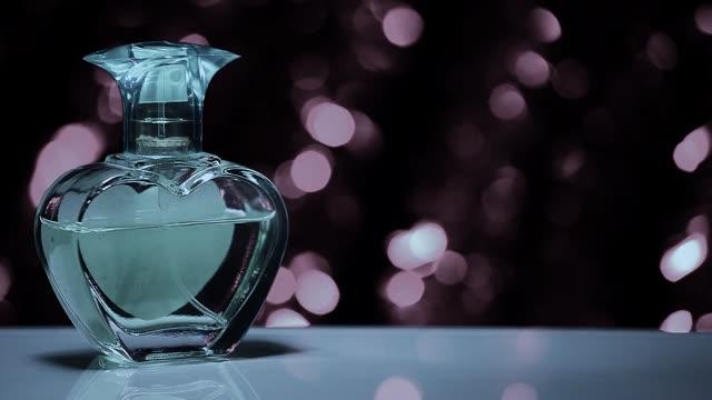 vídeos de stock e filmes b-roll de vintage perfume hd video  colours bokeh - pulverizar