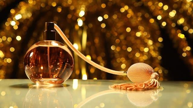vídeos de stock e filmes b-roll de vintage perfume hd video  colours bokeh - perfume