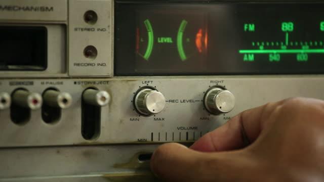 vintage radio riproduzione - registratore video stock e b–roll