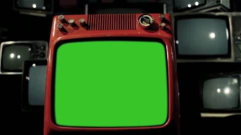 vidéos et rushes de vintage rouge vert tv écran avec nombreuses télévisions des années 1980. - format hd