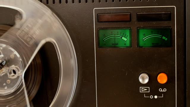 vintage reel to reel tape recorder - player - attrezzatura per la musica video stock e b–roll