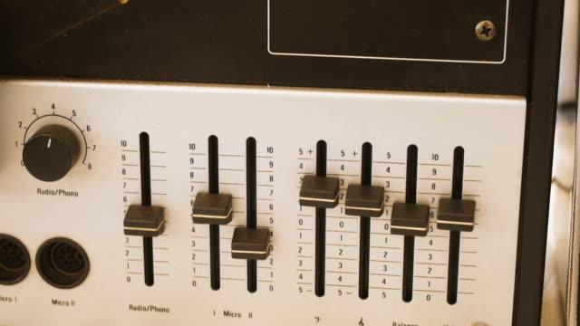 vintage-rolle zu rollen-tape-recorder - player - aufnahmestudio stock-videos und b-roll-filmmaterial