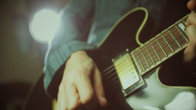 vintage-rock-serie: gitarrist - aufnahmestudio stock-videos und b-roll-filmmaterial