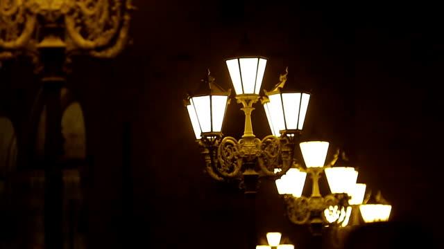 ビンテージの街ランタンは夜の時間を歩く人々 の都市道路を照らす - 街灯点の映像素材/bロール